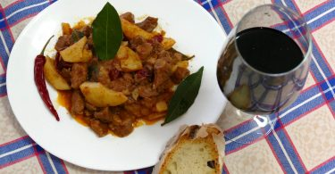 La carne di maiale con patate e peperoni è un piatto tipico della cucina contadina irpina. Ecco la nostra versione.